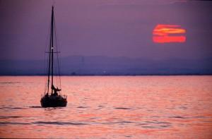 The love boat - Chapitre 3 - En route pour La Rochelle dans Les chroniques d'Edouard Voilier_et_coucher_de_soleil-300x197